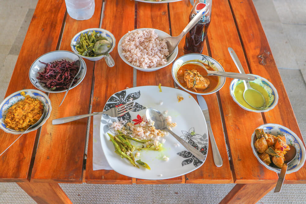One of our tips for travelling Sri Lanka, the many dishes with a curry